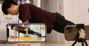 「家トレ」で腕立て伏せを行う様子。AIで骨格位置をビジュアル表示します。